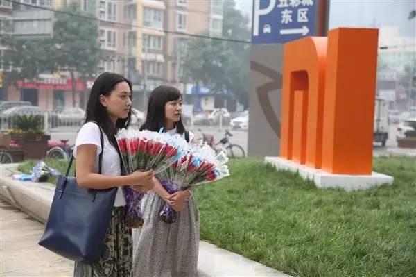 魅族美女员工送花