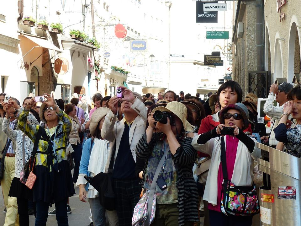 photo-tourists-116811_960_720