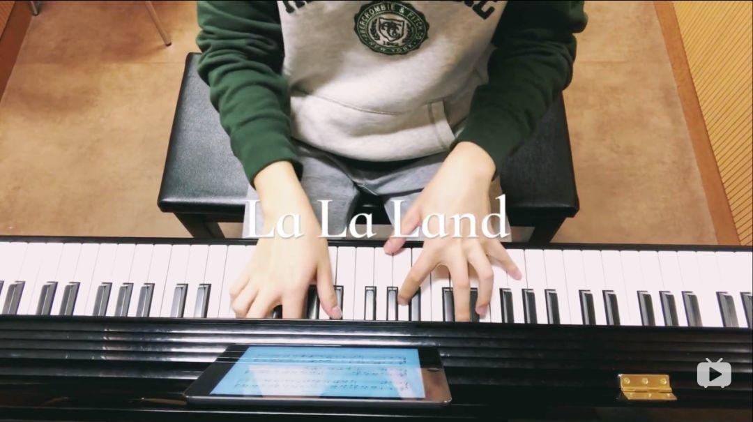 图为康康在第一支vlog里去琴房练琴,展示钢琴十级的小才艺
