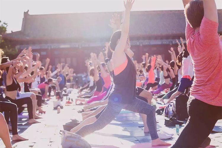 一条瑜伽裤撑起250亿美元市值,我为你复盘了Lululemon的增长策略!