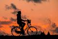 自行车向左,充电宝向右