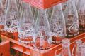 为什么牛奶装在方盒子里卖,而可乐却装在圆瓶子里?