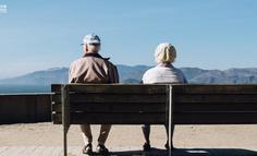 """从微信到抖音,互联网正在""""讨好""""老年人"""
